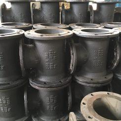 اتصالات چدنی فلنجدار در دو نوع مواد اولیه چدن داکتیل و چدن خاکستری تولید می شود و برای وصل کردن لوله ها و شیر آلات در خطوط آبرسانی مورد استفاده قرار می گیرد.