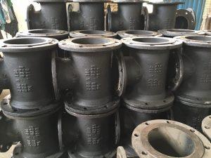 سه راه چدنی فلنجدار در دو نوع مواد اولیه چدن داکتیل و چدن خاکستری تولید می شود و برای وصل کردن لوله ها و شیر آلات در خطوط آبرسانی مورد استفاده قرار می گیرد. اتصالات چدنی فلنجدار با فشار کاری pn10 و pn16 تولید می شود.