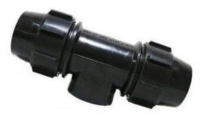 سه راه ماده پلی اتیلن از دو جهت چپ و راست به لوله پلی اتیلن و از قسمت نافی (گلویی سه راه) به صورت داخل دنده (توپیچ) جهت گرفتن انشعاب به رایزر از لوله HDPE طراحی شده است.  سراه ناف رزوه ای از سایز ۲۰ – ۲۰*۱/۵ الی ۱۱۰ – ۱۱۰*۴ تولید و عرضه می شود. سراه ناف رزوه از داخلمستقیما به رایزر متصل می شود زیرا رایزر از بیرون رزوه شده به راحتی داخل قسمت ماده گی سراه ماده که از داخل رزوه دارد بسته می شود.  اتصالات HDPE امروزه به دلیل داشتن مزیت های بسیار زیاد آن نسبت به اتصالات مانیسمان و یا اتصالات فولادی درزدار بسیار کاربردی بوده و روز به روز کاربردهای جدیدتری پیدا کرده و مصرف آنها بالاتر می رود.