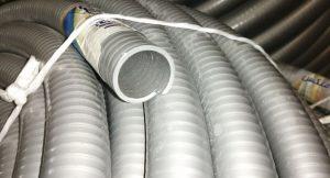 لوله خرطومی طوسی لوله ای است با سطحی صاف و سطح داخلی صاف و سیقلی که از مواد اولیه PVC و نوعی از روغن ترکیب و به صورت فلکسیبل تولید می شود. شیلنگ طوسی از سه لایه تشکیل شده است. لایه داخلی لایه میانی و لایه بیرونی لایه داخلی لوله خرطوم از پی وی سی نرم و صاف ساخته شده و رنگ آن طوسی می باشد. لایه میانی که از همه ضخیم تر می باشد از مواد اولیه پی وی سی سخت و با رنگ سفید ساخته شده است. لوله فلکسی طوسی را تبدیل به لوله ای مقاوم و انعطاف پذیر می کند. لایه بیرونی از PVC نرم ساخته شده است که به نرمی و انعطاف پذیر بودن شیلنگ فلکسیبل کشاورزی کمک می کند.