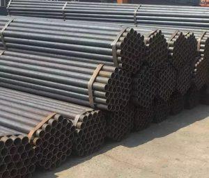 لوله درزدار محصولاتی هستند که با نورد و لول کردن ورق و جوشکاری دو لبه ورق که لب به لب به هم چسبیده اند ساخته می شود. این لوله ها را اصطلاحا لوله درز مستقیم نیز می نامند. لوله درزدار یا جوش مستقیم توخالی و اتصالات درزدار متشکل از ورقی لول شده است که از آن برای انتقال سیالات ، انتقال نفت ، گاز و پتروشیمی و پایه اسکله و پایه های پل ستون ساختمان نرده و مبل مورد استفاده برای معادن تونلها و صنعت کشتی سازی یا رابط در ساختمان و حفاظ و یا در سایر صنایع استفاده می گردد.