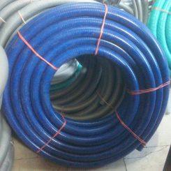 لوله خرطومی آبی نفتی از سه لایه پی وی سیتشکیل شده است.لایه داخلی لوله خرطومی آبی نفتی از PVC ساخته شده و ضدسایش می باشد. لایه میانی از پی وی سی سخت و لایه بیرونی از PVC نرم ساخته شده اند. سطح داخلی و خارجی شیلنگ آبی نفتی صاف می باشد. خرطومی آبی نفتی مقاومت خوبی در برابر گرما و سرما دارا می باشد. شیلنگ خرطومی ضد سایشدارای شعاع خم کم و از مقاومت بالا در برابر فشار برخردار می باشد. لوله آبی نفتی جهت انتقال آب،پودر،گازوئیل، ذرات، مواد و بتن مورد استفاده قرار می گیرد.
