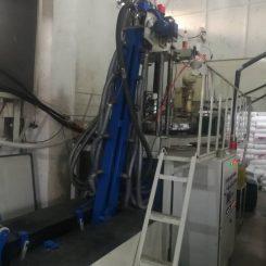 خط تولید نوار تیپ کارکرده خرید فروش دستگاهی است جهت تولید نوار تیپ آبیاری با فواصل دریپرهای ۱۰ سانتی ۲۰ سانتی و ۳۰ سانتی که در کلافهای ۱۰۰۰ متری کلاف شده و عرضه می شود. خط تولید نوار تیپ آبیاری در دو تیپ کم سرعت که معمولا در ۲۴ ساعت ۳۵ تا ۴۰ کلاف ۱۰۰۰ متری تولید می کند و خط تولید نوار تیپ آبیاری پر سرعت که در هر ۲۴ ساعت ۸۰ الی ۹۰ کلاف ۱۰۰۰ متری تولید می کند. این خط تولی نیاز به نیروی انسانی زیادی ندارد فقط هنگام استارت خط تولید به دو تن نیاز می باشد بعد استارت و شروع تولید یک اپراتور می تواند کار تولید را انجام دهد.