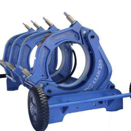 دستگاه جوش لوله پلی اتیلن برای اتصال لوله و اتصالات پلی اتیلن میباشد. دستگاههای جوش لوله پلی اتیلن و اتصالات آنها در دو مدل دستگاه بات فیوژن و الکتروفیوژن عرضه میشود. که هر کدام از آنها کاربرد و مزیتهای خود را دارند. که نسبت به کاربری پروژه خط لوله پلی اتیلن و اندازه و سایز لوله و اتصالات انتخاب و استفاده میشوند. دستگاه جوش بات فیوژن با همان دستگاه جوش لب به لب بیشترین کاربرد را دارد و این دستگاهها در بیست و پنج مدل مختلف و از ۱۱۰ تا ۲۴۰۰ میلیمتر و قابلیت جوشکاری تا فشار ۴۰ اتمسفر را تولید و عرضه میشوند.