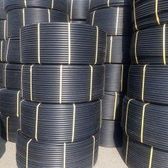 لوله پلی اتیلن PE80 دارای دانسیته کمتری نسبت به مواد پلی اتیلن PE100 می باشد به همین دلیل لوله پلی اتیلن وزن و ضخامت بیشتری میباشد که هزینه تولید آن را بیشتر از لوله پلی اتیلن با مواد PE100 می ;کند که این امر عملا سبب اقزایش قیمت لوله پلی اتیلن می شود. و تقریبا برای تولید توجیه اقتصادی ندارد. لوله پلی اتیلن برای فشار های پایین 4 بار و یا 6 بار تولید شده و برای آبرسانی کشاورزی و فاضلاب استفاده می شود. لوله پلی اتیلن از سایز 20 الی 110 به صورت حلقه های 100 متری تولید و کلاف می شود و در سایزهای بالاتر به صورت شاخه های 6 متری و یا 12 متری تولید می شود.