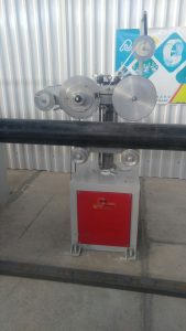 دستگاه مارک زن لوله پلی اتیلن از دو دایره المنتی در کنار یکدیگر تشکیل شده است که بر روی آن لقمه های فلزی شامل اطلاعات مورد نیاز نصب میشود. و با فشاری حداقلی بر روی لوله پلی اتیلن در حال تولید، قرار میگیرد و همزمان با حرکت لوله به سمت انتهای خط تولید دایرهها به چرخش درآمده و نشانهها بر روی لوله حک میشوند. فشار دستگاه مارکزن حرارتی جهت حک اطلاعات بر روی لوله باید به حدی باشد که تنها مشخصات نقش ببندد و میزان فرورفتگی نباید بیش از حدی باشد که در استانداردها به آن اشاره شده است.