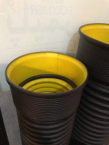 لوله کاروگیت 16 کیلو نیوتنبه صورن دو جداره که لایه داخلی آن صاف و صیقلی بوده و لایه بیرونی آن به صورت خرطومی و حلقه حلقه می باشد و برای زهکشی فاضلاب خانگی و شهری مورد استفاده قرار می گیرد. لوله کاروگیت دو جدارهبدلیل طراحی شکل آن به صورت لوله خرطومی دارای مقاومت حلقوی مناسب جهت اعمال بارهای وارده در زیر زمین با حداقل شیب و کمترین وزن ممکن است که سبب کاهش قیمت لوله و نهایتاً هزینه کمتر میشود، و وظیفه انتقال سیال را به عهده دارد.