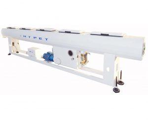 یک دستگاه خط تولید لوله پلی اتیلن از قسمتهای مختلفی چون مخازن ومکنده های مواد اوليه ، خوشک کن ،اكسترودر، قسمت نصب قالب ، کالیبر ، وان وکیوم ، وان خنک کننده ، دستگاه کشنده ، دستگاهمارک رن حرارتی، دستگاه برش برای تولید لوله های سایز بزرگ ،دستگاه وایندر یا کلاف پیچ تشکیل شده است و فرایند کلی تولید لوله پلی اتیلن را انجام می دهد.  فرایند تولید لوله های پلی اتیلن به روش اكستروژن مي باشد كه مواد اولیه به صورت گرانول به داخل دستگاه اکسترودر وارد شده و در اثر حرارت ذوب ميشود .سپس مواد ذوب شده به وسيله ماردون (ميله مارپيچ) به جلو رانده مي شود و پس از خروج از اكسترودر وارد قالب مي شود .