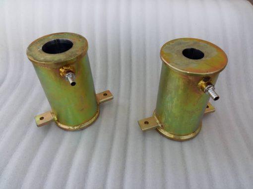 کالیبراتور لوله PVC بادی برای کالیبر کردن و یا سایز کردن لوله PVC در خط تولیدهای بادی لوله PVC بکار برده می شود. و وظیفه آن سایز کردن لوله های PVC در خط تولید لوله PVC بادی می باشد. کلیه خط تولیدهای لوله پلیمری مشابه به هم می باشند و تمامی قسمتهای آن به صورت طولی چیده می شوند و هر کدام از قسمتهای خط تولید در فرایند تولید لوله وظیفه خود را انجام می دهند.آلور سنتر کلیه لوازم جانبی خط تولید های لوله های پلیمری را با کیفیت خیلی بالا تولید و عرضه می کند.