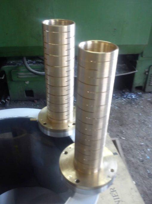 کالیبراتور لوله پلی اتیلن در قسمت ورودی ابتدایی وان وکیوم نصب می شود و لوله پلی اتیلن را به واسطه سوراخهایی که بر روی سطح آن ایجاد شده است با ایجاد وکیوم در داخل وان وکیوم کالیبره یا سایز می کند. لوله بعد از عبور از داخل کالیبر خط تولید لوله HDPEکاملا سایز استاندارد شده و خنک شده وارد وان خنک کننده می شود.کالیبروظیفه مهمی در شکل دهی به لوله پلی اتیلن را دارد. کالیبراتورهای آلور سنتر با جنس فسفر برنز با فشار های مختلف از سایز 16 الی 630 میلیمتر تولید می گردد.کلیه کالبراتورها دارای آبگردان بوده و فلنج انتهایی آن به راحتی خنک می شود.