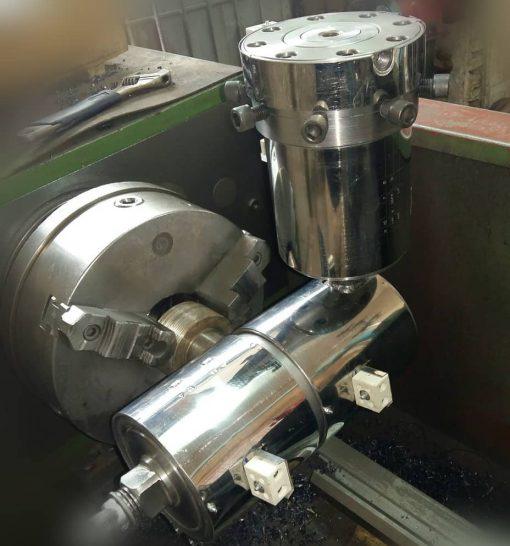 قالب نوار تیپ آبیاری قطره ای معمولا از دو قسمت تشکیل شده است قسمتی که به اکسترودر نصب می شود داخل آن محفظه ای تعبیه شده برای قرار دادن توری مواد مزاب شده بعد از خارج شدن از اکسترودر از داخل قالب اول از بین توری عبور کرده سپس وارد قالب دوم می شود. بعد به صورت لوله نازک 175 یا 200 میکرون ضخامت از قالب خاج شده و توسط فرمینگ دوخته می شود وسوراخهایی به فواصل 10 سانت 20 سانت یا 30 سانت برای خروج آب جهت آبیاری قطره ای در قسمت دوخت نوار آبیاری ایجاد می شود.