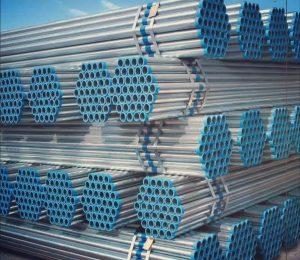 لوله گالوانیزه از ورق آهن سیاه تولید می شود.ابتدا ورق سیاه فولادی را توسط ماشین آلات نبر به صورت لوله در آورده سپس درز آن را با جوشکاری به هم متصل می نمایند.  در صنعت لوله بر روی لوله هایی که نسبت به خوردگی آسیب پذیر می باشند پوششی از فلز روی قرار می دهند که این پوشش برای حفاظت از فلز در برابر خوردگی و آسیب پذیری می باشد و این عمل توسط گالوانیزاسیون صورت می گیرد. پوشش قرار داده شده در عمل گالوانیزاسیون شامل لایه ای از فلز روی و ترکیباتی از آهن می باشد.معمولا طول این لوله ها ۶ متر می باشد.