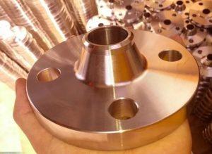فلنج فولادی گلودار Weld Neck Flange دارای یک گردن مخروطی شکل می باشد که شعاع این گردن در انتها با قطر لوله برابر و به آن جوش میشود.  وجود گردن در فلنج های فولادی گلودار باعث تقویت تحمل فلنج میگردد. کاربرد فلنج لبه دار جوشیدر فشارهای بالا و دماهای زیر صفر است که علاوه بر این کاربرد برای زمانی که بارهای ارتعاشی و نوسانی دارد نیز مناسب است.  فلنج های گلو دار جوشی از ناف مخروطی شکل شان بسادگی قابل تشخیص می باشند. که این ناف های مخروطی با شیب ملایمی به دیواره لوله یا اتصالات مربوطه جوشکاری شده و به همراه کسکت و پیچ و مهره کار اتصال را انجام می دهد.