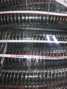 """شیلنگ آبنما فنردار از مواد اولیه PVC به صورت اکسترودر تولید شده و برای ایجاد استحکام و ایجاد فشار کاری بالاتر از سیم فولادی گالوانیزه در دیواره شیلنگ شفاف فنریاستفاده شده است. لوله شفاف فنری بهداشتی دارای سطح داخلی صاف و شفاف بوده و بسیار انعطاف پذیر می باشد. محدوده دمایی این محصول از منفی ۵ تا مثبت ۶۰ درجه می باشد. عمده تولیدات شیلنگ آبنما فنردار شفاف از سایز """"1/2 الی سایز """"3 و بالاتر می باشد. این محصول موارد مصرف زیادی از جمله انتقال مواد شیمیایی و مواد غذایی ، صنعتی ، انواع اسید ها ، مواد شوینده ، و انتقال انواع مایعات دیگر به کار برده می شود."""