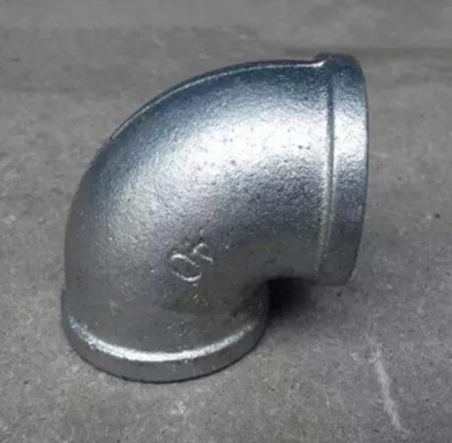 """زانو گالوانیزه برای تغییر جهت خط لوله کشی گالوانیزه در جهت های مختلف به صورت 45 درجه و 90 درجه مورد استفاده قرار می گیرد.این اتصال به دو صورت گالوانیزه گرم و گالوانیزه سرد تولید می شود. و از سایز """"1/2 الی """"4 تولید می شود. کاربرد این محصول در صنایع ای چون آب ، گاز ، هوا ، بخار و انواع صنایع دیگر می باشد. خوردگی و زنگ زدگی بر اثر ترکیب شیمیایی فلز با شرایط محیط پیرامون اتفاق می افتد و باعث از بین رفتن فلز می گردد."""