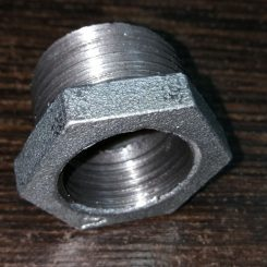 تبدیل گالوانیزه یکی دیگر از قطعات پر مصرف اتصالات گالوانیزه می باشد داخل آن که کوچکتر می باشد به صورت تمام رزوه ساخته شده و بیرون آن که بزرگتر می باشد از یک طرف رزوه شده و طرف دیگر آن به صورت آچار خور برای باز و بسته کرده آن ساخته شده است. اتصالات گالوانیزه بر خلاف اتصالات مانیسمان که بو روش جوش متصل می شود دنده ای بوده به صورت پیچی به یکدیگر و یا به لوله ها متصل می شود.