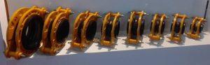 لرزه گیر لاستیکی فلنج داراز دو عدد فلنج و یک لاستیک توپی شکل قابل انعطاف تشکیل شده است ، دو طرف لاستک لبه دار می باشد و به وسیله دستگاه از داخل سوراخ فلنج عبور داده شده و لبه آن روی لبه فلنج قرار گرفته و قفل می شود.  لرزه گیر لاستیکی برای جلوگیری از اتعاشات وصدا و لرزه ای که توسط پمپ ها توربین ها در خطوط لوله کشی تاسیسات ایجاد می شود مابین لوله ها نصب می شود و از انتقال صدا و لرزش به لوله ها و شیرآلات و جلوگیری از استحلاک و تحمیل هزینه اضافه و آسیب به تاسیسات نصب میگردد.