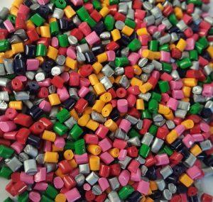 مستربچ رنگیخواص مختلفی دارند که با توجه به خاصیتهای آنها در صنایع مختلف به کار می رود. پلیمرها در صنایع مختلفی چون تولید لوله پلی اتیلن و اتصالات پلی اتیلن ، اتصالات ابیاری قطره ای و شیرآلات پلیمری ، انواع قطعات خودرو، انواع ظروف پلاستیکی ، اسباب بازی و انواع صنایع دیگر بکار برده می شود که مستربچ ها همواره به عنوان مواد افزودنی در تمامی موارد مورد استفاده قرار می گیرد. مستربچ رنگی نقش مهمی در ایجاد تنوع از نظر رنگها در محصولات پلیمری دارند و مستربچ رنگی این نقش مهم را در تولید محصولات پلیمری ایفا می کند.