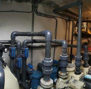 لوله کشی انم شده با لوله و اتصالات upvc | اتصالات یو پی وی سی از مواد اولیه (upvc) که یکی از قدیمی ترین موادی است که در پتروشیمی های کشور تولید می شود و به دلیل کیفیت بالایی که دارد و تحمل فشارهای pn10 و pn16 تا امروزه از استفاده آن نه تنها کاسته نشده بلکه موارد مصرف بیشتری هم پیدا کرده است. اتصالات یو پی وی سی upvc به وسیله دستگاه های تزریق پلاستیک تولید می شود. هر یک از اتصالات قالب مخصوص به خود را دارد و برای تولید هر یک از اتصالات قالب مخصوص آن باید روی دستگاه تزریق متصل شود. اتصالات یو پی وی سی UPVC که به علت تنوع زیاد اتصالات و شیرآلات در تاسیسات استخر و سونا و جکوزی مورد استفاده قرار می گیرد که از این نظر از اتصالات و شیرآلات پلی اتیلن و یا پلی پروپیلن مطمئن تر می باشد.