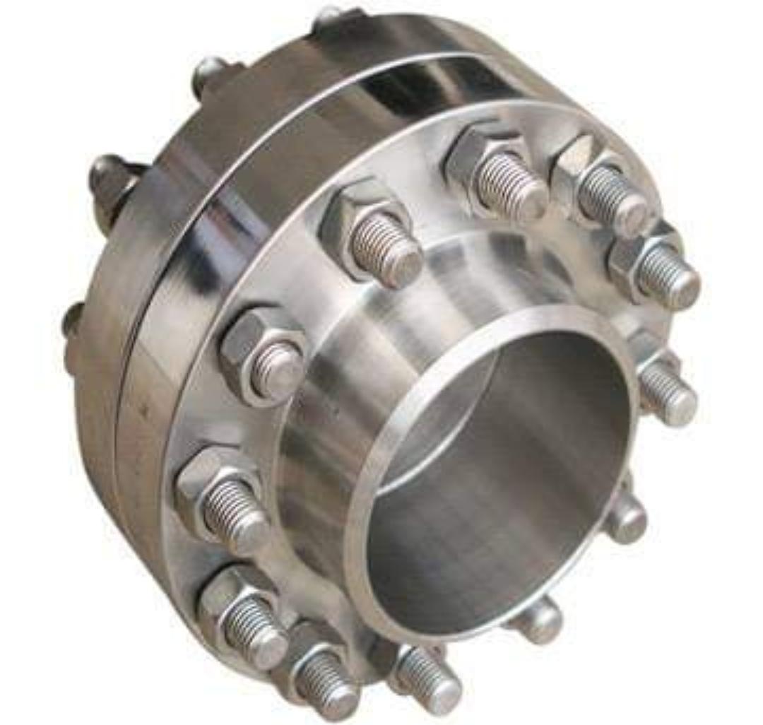 فلنج چیست ؟ اتصالی است که در سیستم های لوله کشی به کار برده می شود و به دلیل تسهیل در حفظ و نگهداری و تعمیرات فلنج ها جایگزین بسیار خوبی برای دیگر اتصالات جوشی شده است.  اتصال فلنجی هنگام تعویض و یا تعمیر لوله و اتصالات فولادی و تجهیزات مکانیکی می تواند به سرعت باز و بسته شده و کار تعمیرات را تسهیل نماید.  این اتصال کاربرد زیادی در سیستم های پایپینگ دارد. از جمله این کاربردها اتصال لوله ها به یکدیگر، اتصال شیرآلات و انواع تجهیزات مکانیکی می باشد.  فلنج ها از نظر ساختار نوع جنس ، رده و یا ضخامت ، کلاس فلنج ، و شکل و نوع کربردهای آنها دارای طبقه بندی می باشد که به تفصیل به آنها اشاره می کنیم.