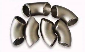 زانو 90 درجه مانیسمان استیل-در گرید های 304 و 316 و 316L تولید می شود و برای تغییر جهت لوله استیل در سیستم های لوله کشی ایتفاده می شود.در تولید اتصالات استیل از هیچ گونه جوشکاری استفاده نمی شود بنابراین این نوع اتصالات مقاوت زیادی در برابر فشار دارند و در سیستمهای لوله کشی دارای فشار بالا از این نوع اتصالات استفاده می شود.