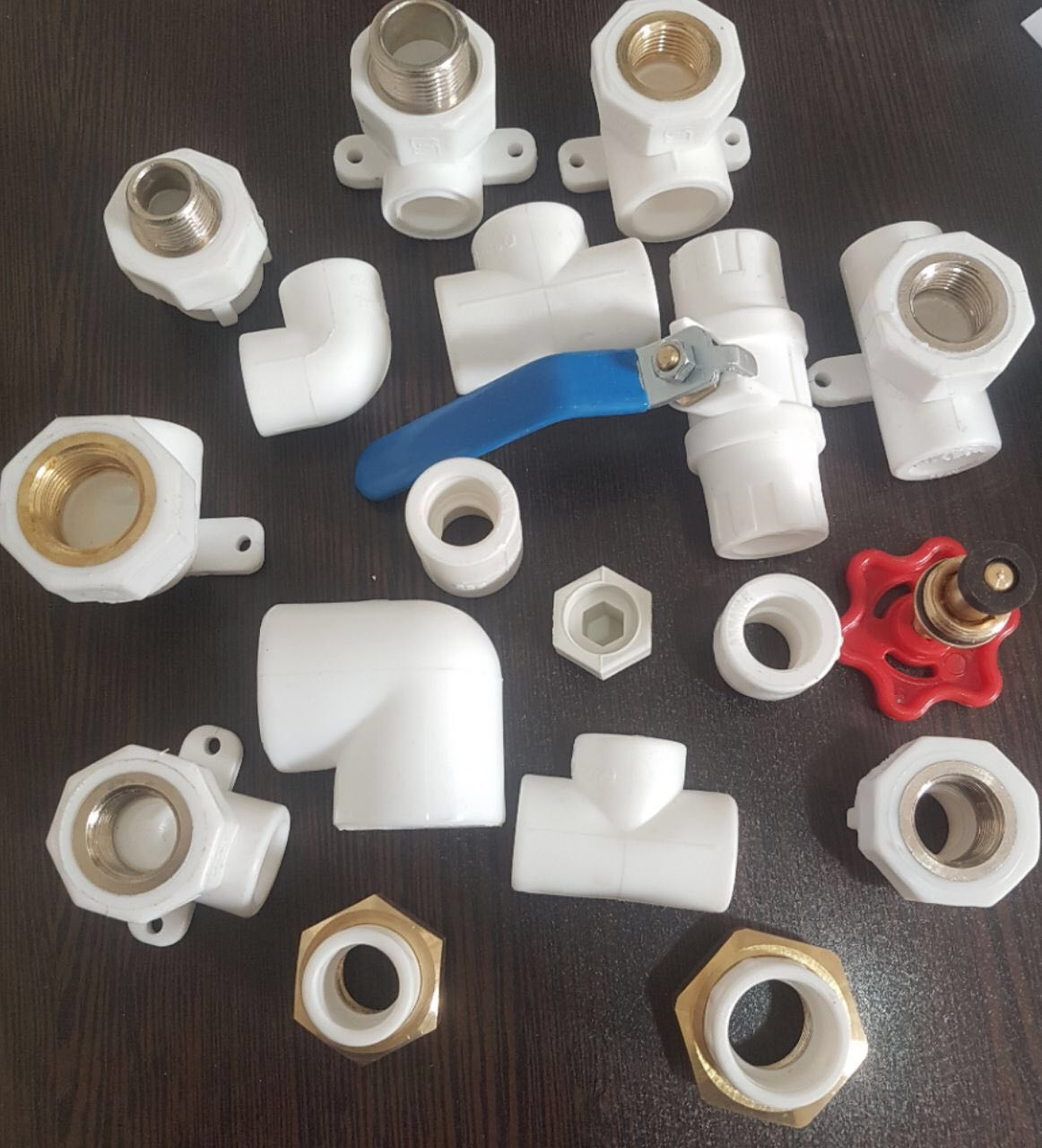 اتصالات پلی پروپیلن pp از مواد اولیه پلی پروپیلن ( Polypropylene ) تهیه و تولید می شود.چیدمان شیمیایی منحصر به فرد پلی پروپیلن بسیار با کیفیت بوده به همین دلیل بدون شک یکی از پر قدرت ترین پلیمرها در صنعت پلاستیک بر شمرده شد است. استفاده از پلی پروپیلن به دلیل عدم ترک خوردگی و انعطاف بالا باعث شده محصولاتی که از این پلیمر تولید می شود در بسیاری از صنایع به کار گرفته شده و توسعه تولیدات آن بسیار روز افزون شود. لوله پلی پروپیلن و اتصالات پلی پروپیلن به دلیل سرعت بالا در اجرای لوله کشی و سهولت کار به سرعت جای لوله و اتصالات گالوانیزه را در صنعت ساختمان گرفته و نزد تمامی لوله کشها بسیار مهبوب شده است.