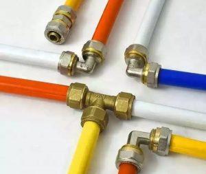 اتصالات لوله پنج لایه و لوله پنج لایه بدون شک یکی از جدید ترین و بروزترین لوله و اتصالات در زمینه تاسیسات ساختمانی می باشد. نصب و اجرای این محصولات بسیار راحت و سریع می باشد لوله و اتصالات پنج لایه با دارا بودن ویژگیها و مزایای فراوانی که دارد و همینطور عمر مفید بسیار طولانی به سرعت پیشرفت کرده و در حال جایگزن شدن لوله و اتصالات قدیمی مانند لوله و اتصالات گالوانیز و لوله و اتصالات پلی پروپیلن می باشد. لوله های پنج لایه از قرار گرفتن لایه های مختلفی بر روی هم مانند دو لایه از مواد پلی اتیلن ، دو لایه چسب مخصوص و یک لایه میانی آلومینیوم مقاوم و قابل انعطاف ساخته می شوند.