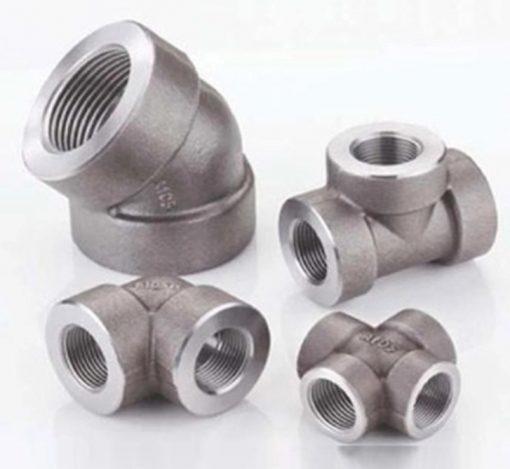 اتصالات فشار قوی فولادی از فولاد ضد زنگ به روش فورج و با ضخامت بالا نسبت به اتصالات دیگر تولید می شود. این اتصالات به دلیل دارا بودن ضخامت دیواره بالا فشارهای بسیار بالا را می تواند تحمل نماید. مششخصه دیگر این اتصالات تحمل دماهای بسیار پایین و دما و حرارتهای بسیار بالا می باشد به همین دلیل در صنایع زیادی برای اتصالا لوله های فولادی مانیسمان به یکدیگر و اتصال شیرآلات فولادی مورد استفاده قرار می گیرد.