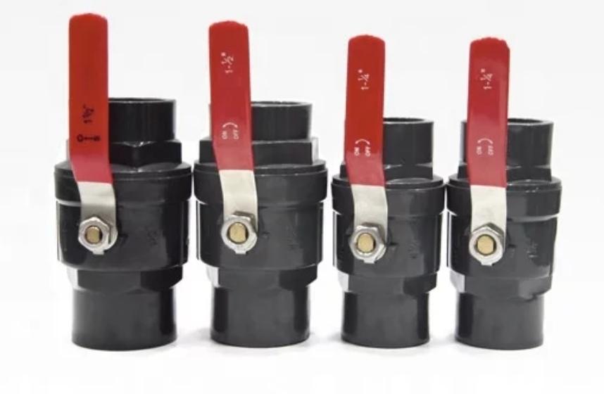 شیر پلیمری دسته فلزی از پی وی سی PVC سخت ساخته می شود و برای استحکام بیشتر و جلوگیری از هر گونه شکستگی ، دسته آن را که عمل چرخاندن دیسک کروی و قطع و وصل جریان سیال انجام می دهد از فاز می سازند. این شیر بیشتر در سیستمهای لوله کشی با لوله های پلی اتیلن به کار برده می شود و چون در برابر رطوبت و زیر باران بسیار مقاوم بوده و پوسیده نمی شود. به همین دلیل جایگزین مناسبی برای شیر توپی فلزی می باشد.