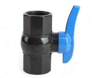 شیر توپی پلیمری از مواد اولیه پلیمری پی وی سی PVC و به روش تزریق پلاستیک تولید می شود. مکانیزم این شیرها در قطع و وصل سیال به صورت تک ضرب با چرخش 90 درجه می باشد یعنی با چرخش 90 درجه به چپ و راست باز و بسته می شود. این شیر تمام پلیمری می باشد و کلیه قطعات آن حتی دسته از پی وی سی ساخته شده است به همین دلیل به شیر توپی پلیمری دسته پلاستیکی معروف می باشد. دسته این محصول از پی وی سی بسیار سخت ساخته شده و خیلی مقاوم می باشد.