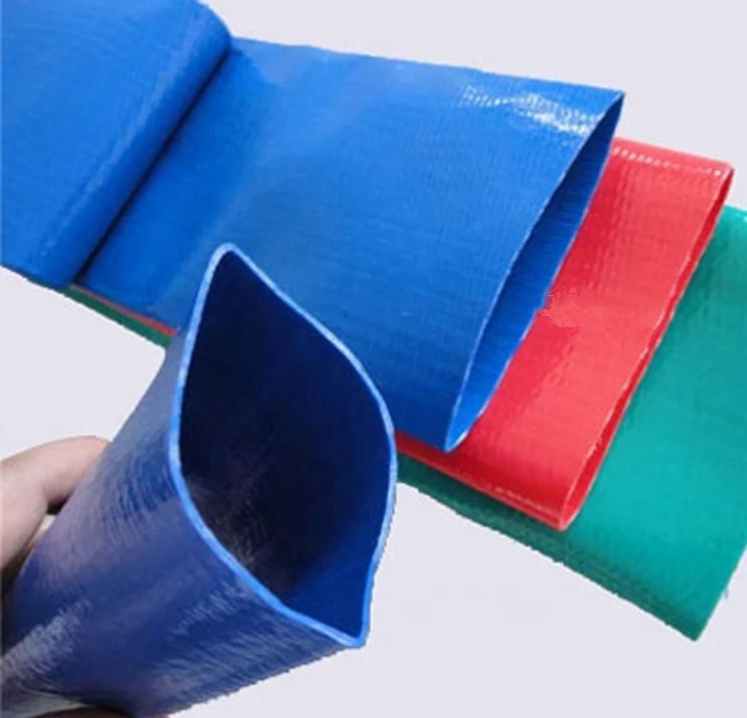 همان طور که از اسم این دسته از شیلنگها پیداست، لوله لی فلت PVC از مقاوم ترین نوع پی وی سی ساخته شده است که به کمک الیاف پلی اتیلن مستحکم شده اند و در نهایت تیوب تولید شده بسیار سبک تر از لوله های پی وی سیخواهند بود. از آن جایی که استفاده از لوله ه لی فلت PVC از لحاظ اقتصادی بسیار مقرون به صرفه می باشند و با توجه به ویژگی های منحصر به فردی که این دسته از لوله ها دارند؛ به بهترین جایگزین برای لوله های پلی اتیلن و لوله خرطومی کشاورزی تبدیل شده اند.