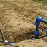 آموزش آبیاری قطره ای : در این تصویر قسمتی از سیستم لوله کشی آبیاری قطره ای نمایش داده می شود که برای اجرای آن از لوله های پلی اتیلن اتصالات پلی اتیلن و شیرآلات پلیمری استفاده شده است.