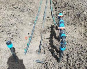 آموزش آبیاری قطره ای : در این تصویر نمایی از لوله کشی آبیاری قطره ای نمایش داده می شود که لوله های اصلی نمایش داده می شود و انشعاب نوار تیپ و لوله 16 قطره ای از این لوله ها گرفته می شود.