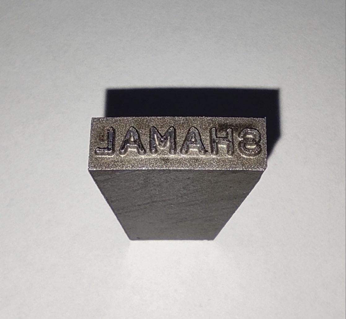 لقمه مارک زن لوله از فولاد سخت می باشد و دارای حروف برجسته روی آن جهت چاپ روی لوله پلی اتیلن می باشد.