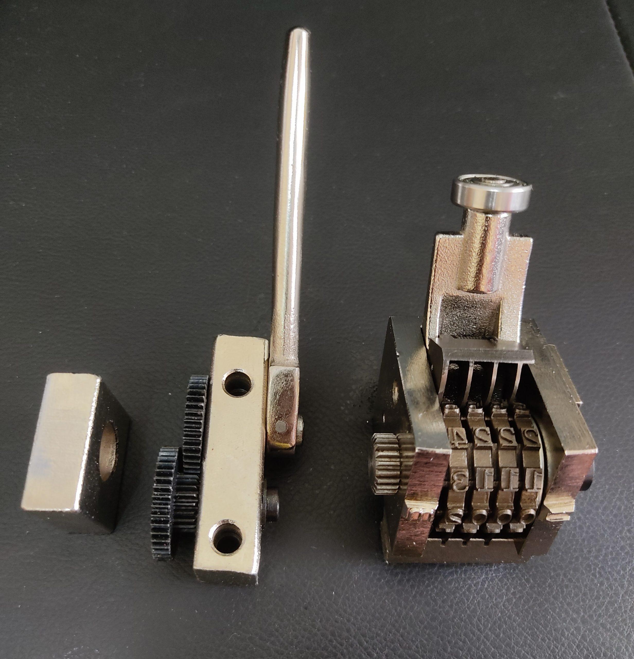 متر زن لوله پلی اتیلن از دو قسمت تشکیل شده و روی دستکاه مارک زن لوله پلی اتیلن نصب شده و به صورت مکانیکی کار می کند.
