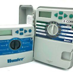 دستگاه دیجیتال کنترلر آبیاری هانتر که از بدنه پلیمری ساخته شده و دارای درب برای محافظت از دستگاه می باشد.